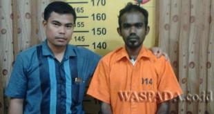 Penyidik Pembantu Reskrim Polsek Medan Baru mengintrogasi pelaku narkoba yang diamankan dalam operasi hunting. (WOL. Photo/Gacok)