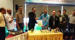 Denny S Wardhana (empat kiri) berjabat tangan dengan GM Gapura Angkasa Azahari usai menandatangani nota kesepahaman layanan bebas ribet di Bandara Kualanamu, Senin (30/10) kemarin. Layanan tersebut saat ini sudah otomatis berlaku untuk seluruh anggota PHRI Sumut. (WOL Photo)