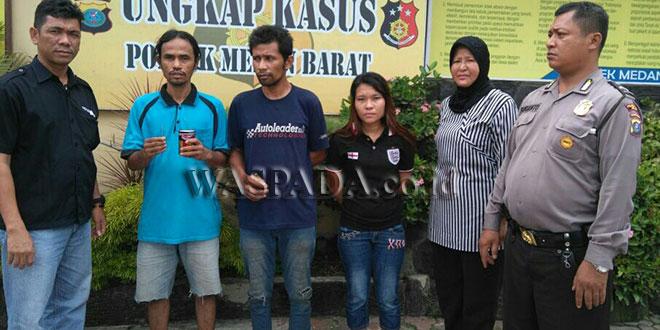 """Panit II Reskrim Polsek Medan Barat, Ipda Amir Sitepu SH (kiri), didampingi petugas Sabhara mengintrogasi tiga tersangka """"pesta"""" narkoba dan satu diantaranya wanita. (WOL. Photo/Gacok)"""