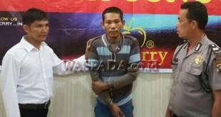 Petugas Reskrim Polsek Medan Sunggal mengintrogasi tersangka pencuri kaca spion (WOL. Photo/Gacok)
