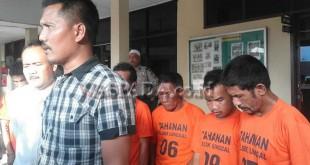 Kanit Reskrim Polsek Medan Sunggal, Iptu Martua Manik SH MH (kanan), didampingi penyidik pembantu (kiri) Aiptu Ngatijan SH, menjawab pertanyaan Waspada Online, pasca penangkapan tujuh tersangka kasus penganiayaan anggota Polri (WOL Photo/Gacok)