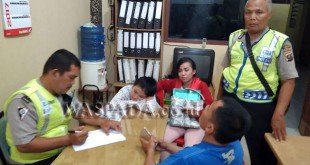 Petugas Patroli dan Binmas Polsek Medan sedang membaca surat pernyataan dan sekaligus menasehati Varissa. (WOL Photo/Gacok)