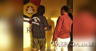 Kanit Reskrim Polsek Medan Helvetia, IPTU Ruadi Marzuki SIK (kanan) sedang mengintrogasi RG alias Rudi, oknum Polri diduga bandar narkoba. (WOL Photo/Gacok)
