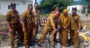 Kepala Dinas Ketahanan Pangan dan Peternakan Provsu, Ir Dahler M.MA, didampingi para staf melakukan peletakan batu pertama sebagai awal pembangunan gedung Rumah Sakit Hewan. (WOL Photo)