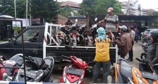 Puluhan barang bukti kasus narkoba, lakalantas, pencurian, dan rampok dinaikkan ke truk dan mobil pick up untuk dibawa ke gudang Jalan Ayahanda Medan. (WOL Photo/Gacok)