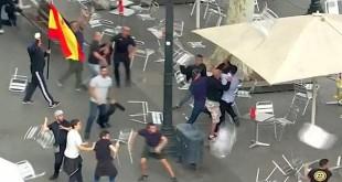 Sejumlah orang terlibat bentrokan saat digelar demonstrasi persatuan pro-Spanyol di Plaza Catalunya, Barcelona, Spanyol, 12 Oktober 2017. Para peserta aksi demo tersebut bentrok dengan saling melempar kursi pada peringatan Hari Nasional Spanyol. REUTERS/Reuters TV