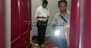 Petugas Reskrim Polsek Medan Sunggal sedang melakukan pemeriksaan di lokasi korban gantung diri. (WOL Photo/Gacok)