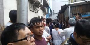 Warga masyarakat berduyun-duyun menyaksikan kebakaran di Kampung Kubur Medan. (WOL Photo/Gacok)
