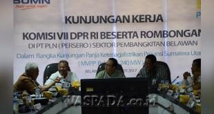 Gus Irawan Pasaribu (tengah), ketua Komisi VII DPR-RI saat berdialog dengan Direktur Bisnis PLN regional Sumatera terkait kecukupan listrik di daerah ini, akhir pekan lalu. (WOL Photo)