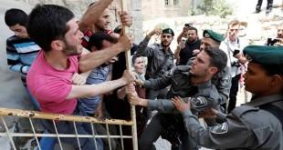 Polisi Israel bentrok dengan sejumlah warga Palestina saat berusaha menahan mereka di kota Hebron, Tepi Barat, Rabu (26/7/2017). (REUTERS/Wisam Hashlamoun/djo/17)