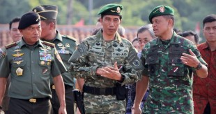 Presiden Joko Widodo (tengah) bersama Panglima TNI Jenderal TNI Moeldoko (kiri) serta KASAD Letjen TNI Gatot Nurmantyo (kanan) (foto : antara)