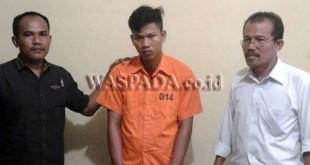 Penyidik Pembantu Reskrim Polsek Medan Baru, Aiptu Hasim Sahbana Hasibuan SH (kanan) didampingi Min Reskrim Aiptu Toni Sitorus (kanan) menggiring tersangka.(WOL Photo/Gacok)