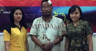 Dua anggota polwan Polsek Medan Sunggal mengintrogasi pelaku pencuri barang milik jamaah masjid.(WOL Photo/Gacok)