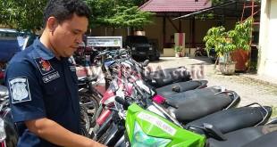 Petugas Reskrim Polsek Medan Helvetia, Brigadir TBM Simanjuntak SH, sedang mengecek sepeda motor yang terjaring Operasi Hunting 2017.(WOL Photo/Gacok)