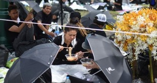 Para pelayat tengah menyantap makanan. (Foto: Asia One)