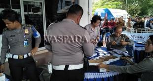 Satuan Lalu Lintas (Satlantas) Polrestabes Medan membagikan ratusan blanko SIM baru kepada masyarakat. (WOL Photo/Lihavez)