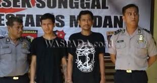 Petugas Sabhara Polsek Medan Sunggal, mengamankan dua tersangka pemilik sabu.(WOL Photo/Gacok)