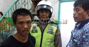 Panit I Lantas Pos Diski, Polsek Medan Sunggal, Ipda AG Lubis SH (pakai helm), bersama petugas Reskrim Aiptu Rusono mengamankan tersangka A Tiong. (WOL Photo/Gacok)