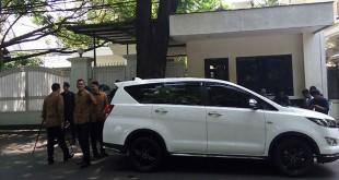 Mobil Sekjen PDIP Hasto Kristiyanto telah parkir di depan rumah Megawati Soekarnoputri pagi ini. (Foto: Muhamad Rizky/Okezone)