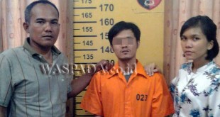 Dua Penyidik Pembantu Reskrim Polsek Medan Baru, menginterogasi pelaku pembeli narkoba di Kampung Mangkubumi.(WOL Photo/Gacok)