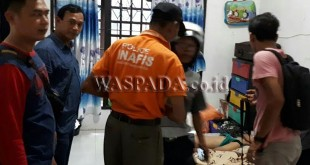 Tim Inafis Polrestabes Medan melakukan pemeriksaan luar pada tubuh korban dan tidak ditemukan tanda-tanda kekerasan.(WOL Photo/Gacok)