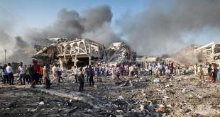 Warga mencari korban selamat di lokasi ledakan di ibukota Mogadishu, Somalia, 14 Oktober 2017. Dalam ledakan ini terdapat dua serangan bom, yang salah satunya terjadi di persimpangan sibuk di luar Hotel Safari di pusat Mogadishu. (AP/Farah Abdi Warsameh)