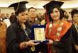 Rektor UNPRI, Dr Crismis Novalinda Ginting SSit MKes tampak bersalaman dengan salah seorang wisudawan pada Acara Wisuda Periode II Universitas Prima Indonesia (UNPRI) di Gedung Medan Internasional Convention Centre (MICC)