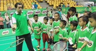 Candra Wijaya berbagi ilmu teknik dasar bermain bulutangkis kepada lebih dari 100 anak usia SD di Gelanggang Remaja Pekanbaru, Jumat (3/11). foto: image dynamics