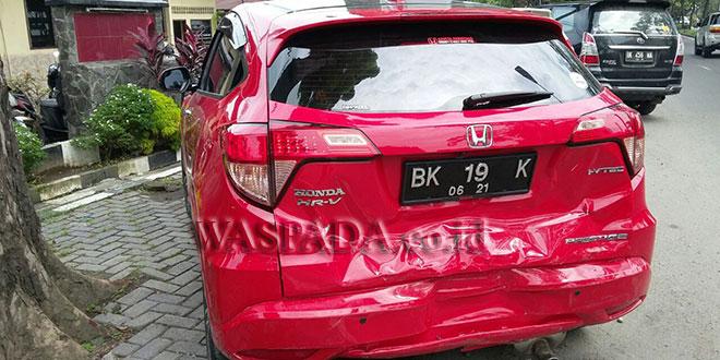 Bagian belakang mobil Honda HR-V warna merah BK 19 Y penyot. (WOL. Photo/Gacok).