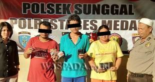 Polwan Penyidik Pembantu Reskrim didampingi petugas Sabhara Polsek Medan Sunggal menginterogasi tiga tersangka kasus narkoba.(WOL. Photo/Gacok)