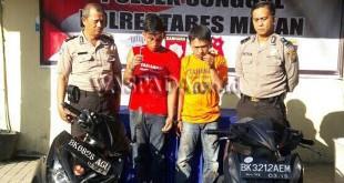 Petugas SPKT Polsek Medan Sunggal mengintrogasi dua tersangka pencurian sepeda motor. (WOL Photo/Gacok)
