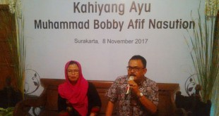 Erwan Nasution (kanan) memberi keterangan pers mewakili keluarga Bobby Nasution (Bramantyo/Okezone)