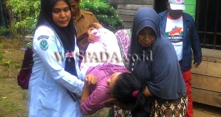 Tim Medis dibantu warga mengangkat Anita untuk dinaikkan ke Ambulance, sebelum dibawa ke Puskesmas Matang Pudeeng, Rabu (8/11) pagi. (WOL Photo)