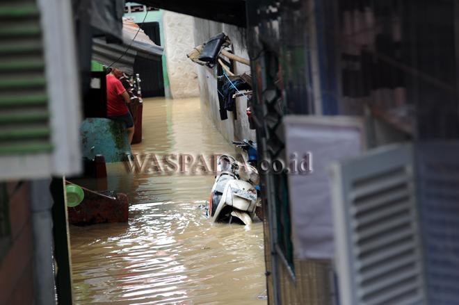 Pemukiman warga terendam banjir di kawasan Kampung Aur, pinggiran Sungai Deli, Medan, Selasa (7/11). Banjir kiriman akibat debit air di hulu sungai tinggi, menyebabkan pemukiman warga di pinggiran Sungai Deli tersebut terendam air hingga ketinggian 1,5 meter. (WOL Photo/Ega Ibra)