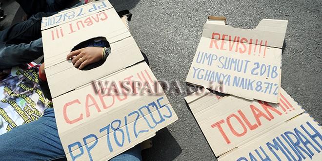 Buruh yang tergabung dalam Federasi Serikat Pekerja Metal Indonesia (FSPMI) berunjuk rasa di depan Kantor Gubernur Sumatera Utara, Medan, Jumat (10/11). Para buruh menuntut dicabutnya peraturan pemerintah (PP) No 78 tahun 2015 tentang pengupahan yang dianggap merugikan para buruh. (WOL Photo/Ega Ibra)