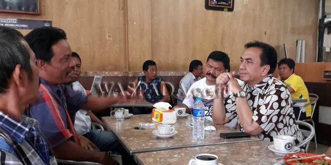 Anggota Komisi I DPR RI, Effendi Simbolon (kanan) berbincang dengan warga yang berada di kedai kopi, di Kota Pematang Siantar, Sumatera Utara, Minggu (5/11). Effendi berdiskusi dan menerima masukan dari warga mengenai pembangunan dan infrastruktur yang ada di Sumatera Utara. (WOL Photo)