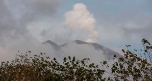 Gunung Agung dengan asap putih (Antara)