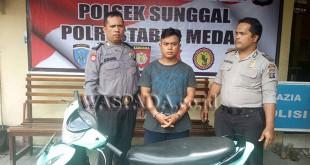 Petugas Reskrim Polsek Medan Sunggal sedang mengintrogasi maling masjid.(WOL. Photo/Gacok)