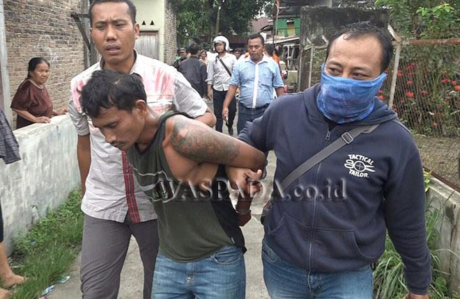 Petugas Reskrim Polsek Medan Sunggal menggiring tersangka dalam penggerebekan Kampung Narkoba.(WOL. Photo/Gacok)
