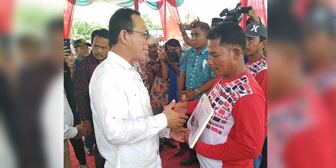 Gus Irawan Pasaribu, Ketua Komisi VII DPR-RI, saat menyerahkan satu unit konverter kit kepada nelayan di Labuhan Batu, akhir pekan lalu. Pemerintah saat ini fokus mengalihkan penggunaan bahan bakar nelayan dari minyak ke gas.