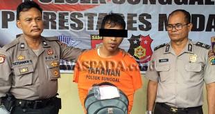 Petugas Sentra Pelayanan Kepolisian Terpadu (SPKT) Polsek Medan Sunggal, mengintrogasi tersangka buronan kasus pencurian sepeda motor.(WOL. Photo/Gacok)