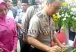 Kapolrestabes Medan, Kombes Pol H Sandy Nugroho SH SIK MH, sedang menandatanganan prasasti gedung Patria Tama, Polsek Medan Baru.(WOL. Photo/Gacok)