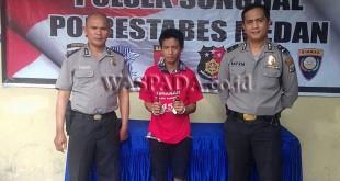 Petugas SPKT Polsek Medan Sunggal amankan maling sepeda motor. (WOL. Photo/Gacok)