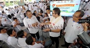 """Dirut PT Pelindo II, Elvyn G Masassya (kedua kanan) bersama Kepala Sekolah SMA NEGeri 4 Medan, Ramly (ketiga kanan) berbincang dengan siswa pada kegiatan """"IPC Mengajar"""" di Medan, Senin (20/11). Kegiatan yang digelar dengan penyerahan bantuan pendidikan tersebut dalam rangka menyambut HUT ke-25 PT Pelabuhan Indonesia II (Persero)/IPC, sekaligus memotivasi para siswa untuk giat belajar. (WOL Photo/Ega Ibra)"""