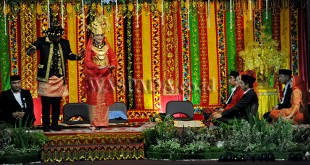 "Putri Presiden Kahiyang Ayu bersama suaminya Bobby Nasution melakukan ""Manortor"" saat prosesi Ngunduh Mantu pernikahan putri Presiden dan menantunya Kahiyang Ayu - Bobby Nasution, di Medan, Sabtu (25/11). Resepsi tersebut dilaksanakan dengan prosesi upacara adat perkawinan Mandailing seperti pemukulan Gondang Sambilan, Manortor, Tapian Raya Na Martua, Mangupa, Ajar Poda, Tortor Somba dan Manyoda Gondang. (WOL Photo/Ega Ibra)"