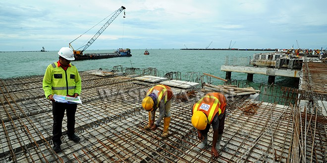 Pekerja menyelesaikan pembangunan Pelabuhan Multi Purpose Kuala Tanjung milik PT Pelindo I, di Batubara, Sumatera Utara, Kamis (9/11). Pembangunan Pelabuhan Kuala Tanjung tahap I berkapasitas 500 ribu TEUs yang telah mencapai 92 persen (sisi laut) dan 71 persen (sisi darat) ditargetkan selesai pada Desember 2017 dan beroperasi pada April 2018. (WOL Photo/Ega Ibra)