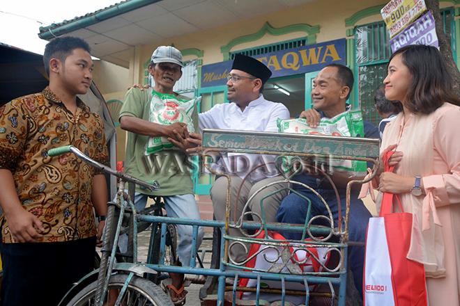 Corporate Secretary Pelindo 1, M. Eriansyah (ketiga kanan) didampingi oleh ACS Humas Pelindo 1, Fiona Sari Utami (kanan) menyerahkan bantuan kepada para tukang becak binaan Komunitas Anak Merdeka, di Medan, Sabtu (25/11).  Bantuan yang diserahkan berupa paket sembako dan ayam ini merupakan salah satu wujud kepedulian sosial Pelindo 1 kepada masyarakat yang diharapkan bisa bermanfaat bagi kehidupannya. (WOL Photo/Rls)