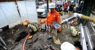 Sales Area Head PGN Medan, Saiful Hadi memantau pemasangan instalasi jaringan gas PGN untuk rumah makan, di Medan, Kamis (23/11). PGN Medan saat ini telah melayani 19.740 jaringan gas untuk rumah tangga, 63 jaringan industri jasa dan komersial, 45 jaringan industri manufaktur dan pembangkitan listrik. (WOL Photo/Ega Ibra)