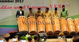 """Presiden Joko Widodo (kiri) bersama Koordinator Presidium KAHMI Mahfud MD (kedua kiri), Ketua MPR Zulkifli Hasan (ketiga kiri), Ketua DPD Oesman Sapta Odang (tengah), tokoh KAHMI Akbar Tanjung (kedua kanan) dan Gubernur Sumut Tengku Erry Nuradi (kanan) bersama-sama memukul gondang sambilan ketika membuka Musyawarah Nasional (Munas) ke-10 Korps Alumni Himpunan Mahasiswa Islam (KAHMI) yang diselenggarakan di Medan, Jumat (17/11). Munas yang berlangsung hingga 19 November 2017 tersebut mengambil tema """"Meneguhkan kepemimpinan berkeadilan untuk kejayaan NKRI"""". (WOL Photo/Ega Ibra)"""
