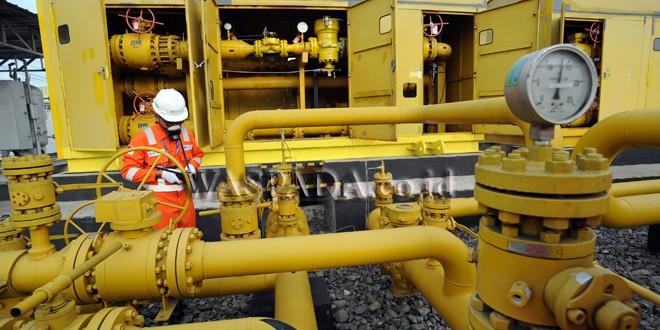 Petugas PT Perusahaan Gas Negara (PGN) memeriksa tekanan dan pipa penyaluran gas di Station Pasar IX, Medan, Kamis (23/11). PT PGN secara rutin melakukan pemeliharaan jaringan gas untuk menjaga penyaluran gas tidak bermasalah. (WOL Photo/Ega Ibra)